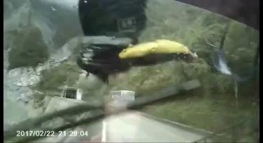Video ô tô đi ngược chiều hất tung thanh niên chạy xe máy xuống vực