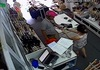 Màn trộm điện thoại nhanh như chớp trong cửa hàng đồ lót