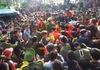 Cảnh hàng trăm người chen lấn cướp lộc hoa tre ở hội Gióng