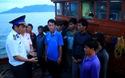 Bình Định: 15 ngư dân thâu đêm tát nước cứu tàu sắp chìm