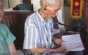 Cụ ông Cao Viễn 106 tuổi đọc bài thơ của mình để khuyên dạy con cháu