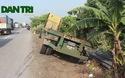 Hải Dương: Xe container chở hàng chục tấn sắt lao xuống vệ đường
