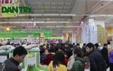 """Hà Nội: Người dân """"toát mồ hôi"""" đi sắm Tết tại siêu thị"""