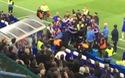 HLV Guus Hididnk bị đẩy ngã vì cố ngăn cản xô xát giữa hai bên