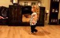 Ngắm cô bé dị tật nhún nhảy điêu luyện theo nhạc Taylor Swiff