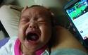 Em bé đang khóc bỗng ngừng bặt khi nghe Coco