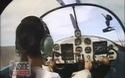 Nữ phi công cụt tay lái máy bay bằng chân