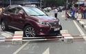 """""""Xế hộp"""" Lexus hơn 4 tỷ gặp nạn giữa Sài Gòn"""