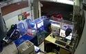Chủ cửa hàng bất lực khi tên cướp điện thoại bỏ chạy