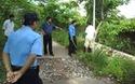 """Video: Phía Công ty Hải Lưu một lần bị """"tố"""" ngăn cản, phá hoại cột điện của người dân."""
