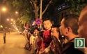 Người dân hào hứng chờ đón ông Obama trên đường Phạm Văn Đồng