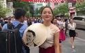 Diễn viên Lan Phương cùng món quà đặc biệt dành tặng Tổng thống Obama.
