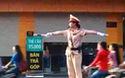 Bình Đình: Tò mò xem nữ CSGT điều khiển giao thông
