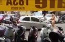 Clip: Tài xế ô tô cố tông CSGT rồi bỏ chạy