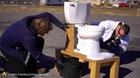 Chuyện gì sẽ xảy ra nếu bạn cho natri vào toilet?