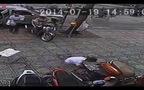 Clip hai tên cướp liều lĩnh giật đồ trên phố Sài Gòn