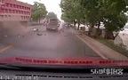 Tài xế bay ra khỏi xe sau pha va chạm kinh hoàng giữa 2 xe ô-tô