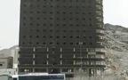 Khó tin: Toà nhà bỗng dưng chẻ đôi rồi sập thành đống gạch vụn