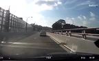 Ôtô mất lái lao vào đuôi xe container