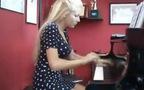 """Cô gái thể kiện khả năng Piano """"nhanh như gió"""""""