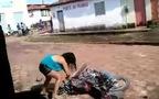 Phát hiện chồng đang ngoại tình, vợ trút giận chém xối xả vào xe máy