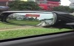 """Xe máy """"cày xới"""" trên thảm cỏ để tránh tắc đường"""