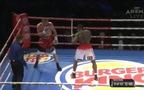 Cú móc phải kinh hoàng khiến đối thủ rơi khỏi sàn đấu của võ sỹ Izu Ugonoh