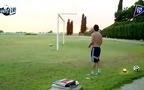 Messi tâng bóng rồi sút vào lưới trống