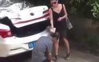 Trung Quốc: Cô gái ra sức xỉ vả bạn trai đang quỳ gối