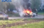 Sốc: Ô-tô con phát nổ thổi bay 2 lính cứu hỏa trong tích tắc