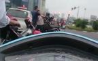 Hà Nội: Cụ ông đi ngược chiều còn đòi đánh tài xế Taxi