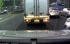 Ô-tô móp đầu vì cố lách giữa 2 xe