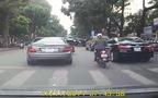 Cô gái thoát chết trong gang tấc giữa gọng kìm 2 xe ô-tô