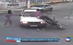 Gặp tai nạn nhớ đời vì vừa lái xe vừa... hôn nhau