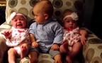 Anh cả hoảng hốt trước 2 em bé sinh đôi