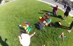 Thanh niên vừa tung hứng vừa... xếp Rubik