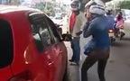 2 nữ tài xế hùng hổ lao vào nhau sau pha va chạm