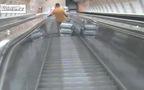 Bị đẩy xuống đường ray chỉ vì vượt lên trước khi đi thang cuốn