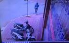Chủ nhà lao ra bất lực đuổi tên trộm xe SH