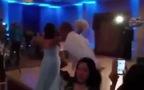Chú rể đá trúng đầu cô dâu ngay trong đám cưới