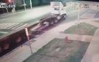 Người đàn ông loạng choạng rồi bất ngờ tự ngã vào xe tải