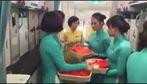 Tiếp viên hàng không Vietnam Airlines phát lì xì trên chuyến bay