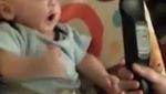 Em bé phát cuồng khi được thấy điều khiển TV