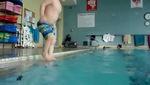 Cậu bé 3 tuổi lặn như VĐV xuống bể bơi