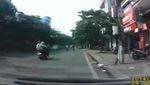 Em bé băng qua đường bị xe đạp điện quyệt ngã