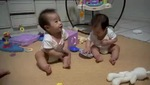 2 bé sinh đôi chơi đùa cực yêu