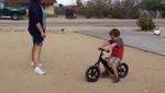 Cậu nhóc khóc thét vì hỏng xe đồ chơi