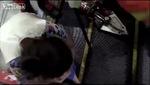 Nghẹt thở cảnh lính cứu hộ cứu cậu bé bị mặc kẹt bàn tay vào cầu thang cuốn
