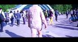 Nghệ sĩ dạo phố trong trang phục may bằng da gà