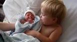 Thích mắt cảnh chị gái chăm sóc bé sơ sinh